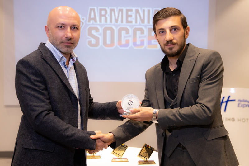 Vahagn Ayvazyan's trophy is handed over to FC Urartu